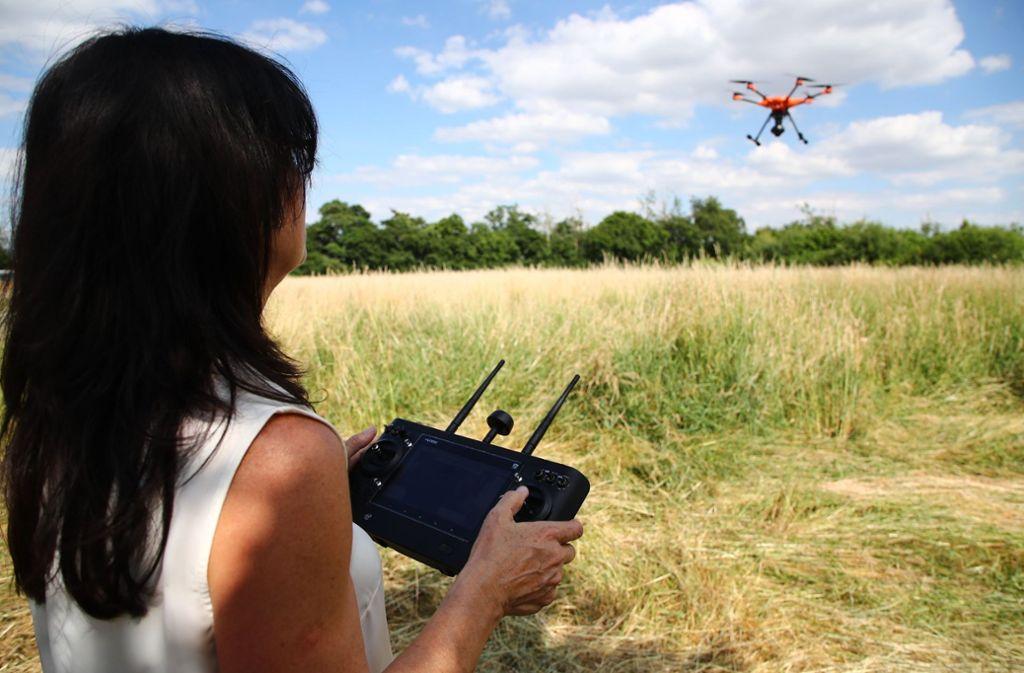 Tierschützerin Dagmar Seidenbecher steuert eine Drohne über ein Feld bei Gera. Foto: dpa