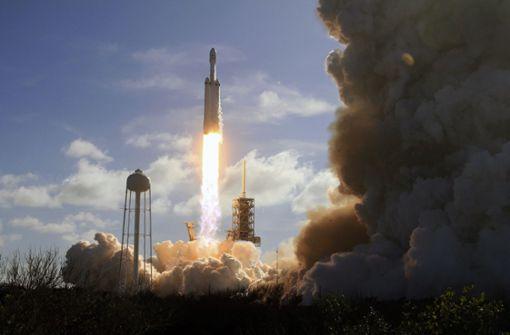 SpaceX bringt erstmals Riesenrakete ins All