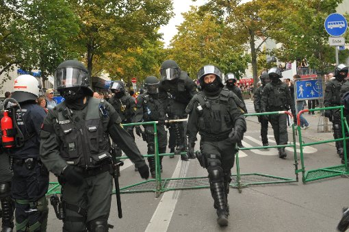 Linke Demonstranten legen Bahnverkehr lahm