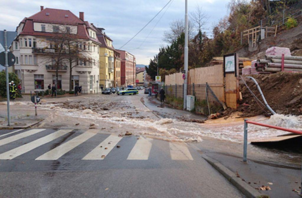 Knöcheltief steht das Wasser auf der Haußmannstraße im Stuttgarter Osten. Foto: Fotoagentur-Stuttgart Andreas Rosar