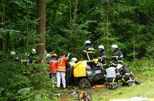 Junge Frau rast gegen Baum und wird schwer verletzt