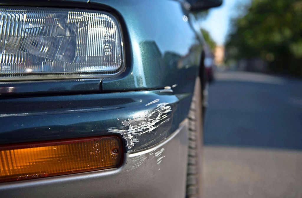Nicht  nur ein paar Kratzer, sondern ein wirtschaftlicher Totalschaden ist das Ergebnis eines Unfalls mit Fahrerflucht in Filderstadt. Foto: dpa/Arno Burgi