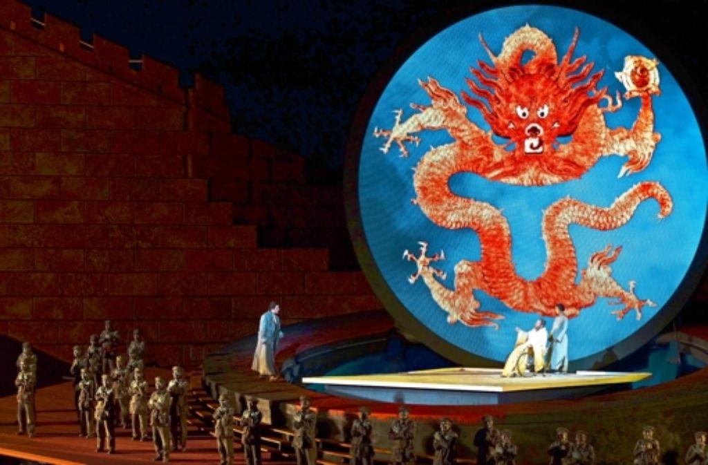 """Massenszenen vor der Chinesischen Mauer am Ufer des Bodensees: """"Turandot"""" in Bregenz Foto: Festspiele/Karl Forster"""