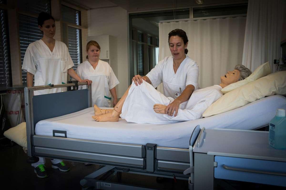 Am Robert-Bosch-Krankenhaus in Stuttgart kommen Übungspuppen schon seit einigen Jahren in der Pflegeausbildung zum Einsatz. Foto: Achim Zweygarth /Archiv