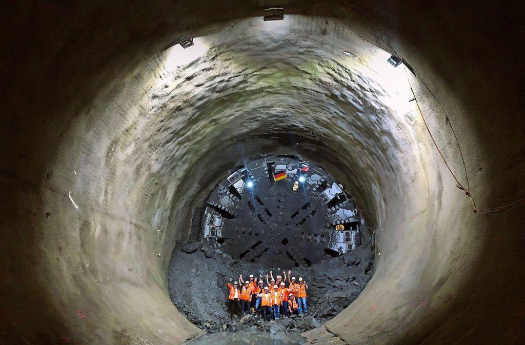Stolz winkt der Bautrupp vor der zwölf Meter hohen Maschine Foto: Deutsche Bahn
