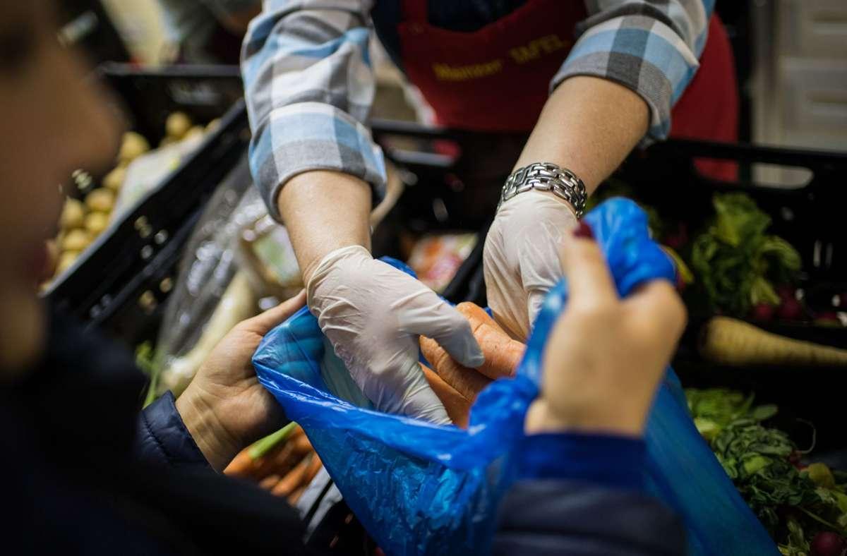 Günstig einkaufen geht nicht mehr nur vor Ort im Tafelladen. Wer nur begrenzt mobil ist, kann bald auch beliefert werden. Foto: dpa/Andreas Arnold