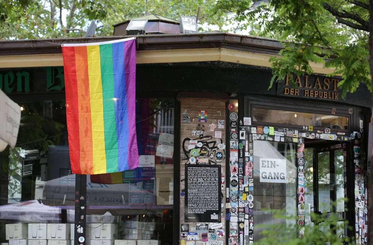 Die Rainbow-Flagge hängt auch am Palast der Republik in Stuttgart Foto: Lichtgut/Leif Piechowski