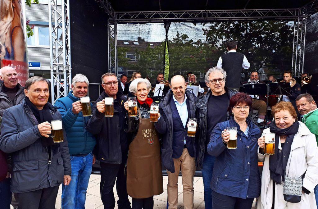 Weilimdorfs Bezirksvorsteherin Ulrike Zich (M.) übernahm traditionell den Fassanstich. Foto: Torsten Ströbele