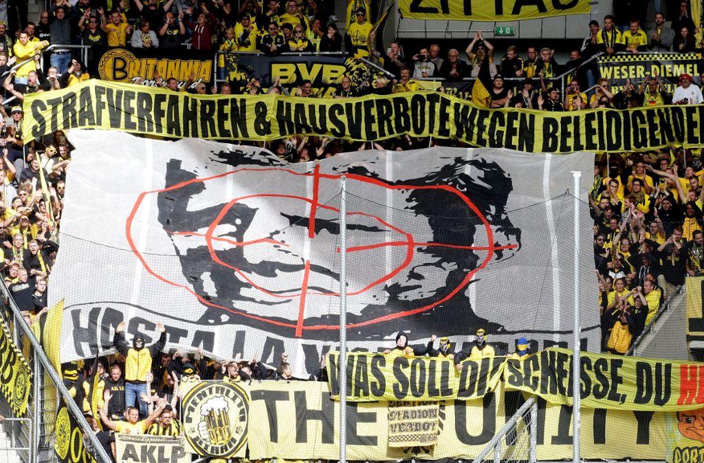 Das Fadenkreuz mit dem Konterfei des Hoffenheimer Mäzens war Grund der Beobachtung der BVB-Fans. Foto: Pressefoto Baumann
