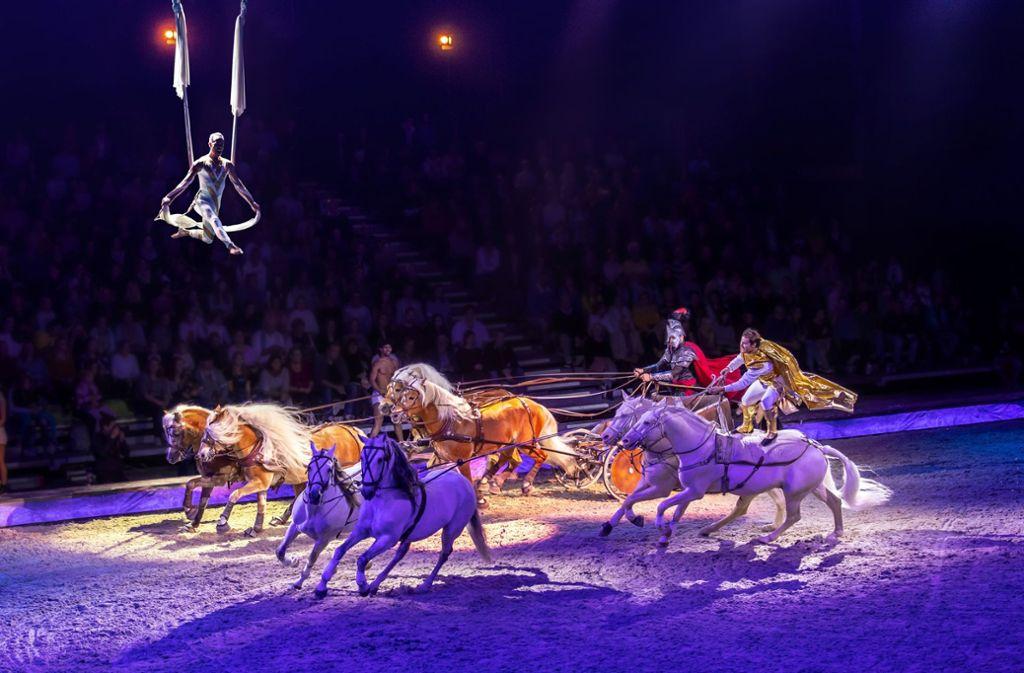 """Spektakulärer Höhepunkt in der Cavalluna-Show """"Welt der Fantasie"""": Die Ungarische Post tritt gegen einen Pferdewagen zum  Rennen  zwischen """"Vernunft"""" und """"Zweifel"""" an. Foto: Cavalluna"""