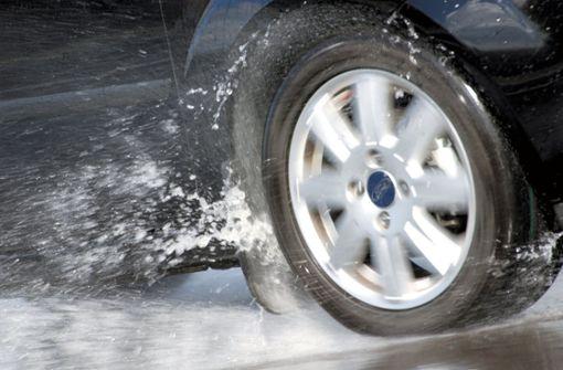 BMW prallt gegen schleuderndes Auto