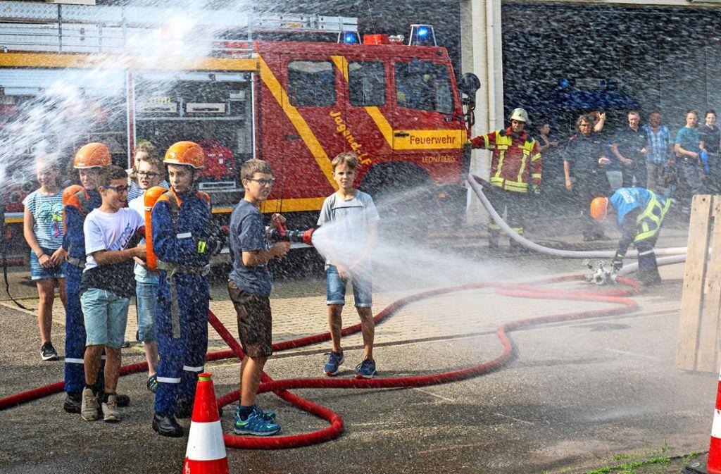 Wasser marsch! Am fünften Tag löschen die Kinder selbst. Foto: factum/