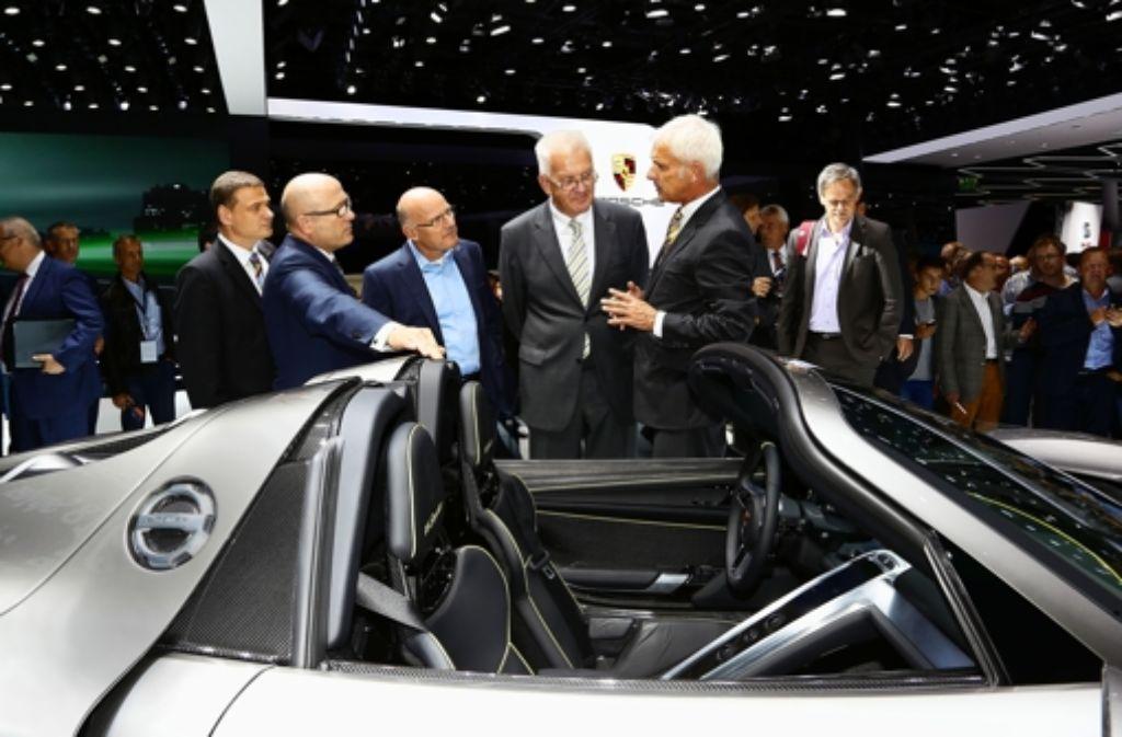 Bei der Automesse IAA zeigte sich Ministerpräsident Kretschmann letzte Woche  angetan vom Hybridporsche 918. Foto: Porsche