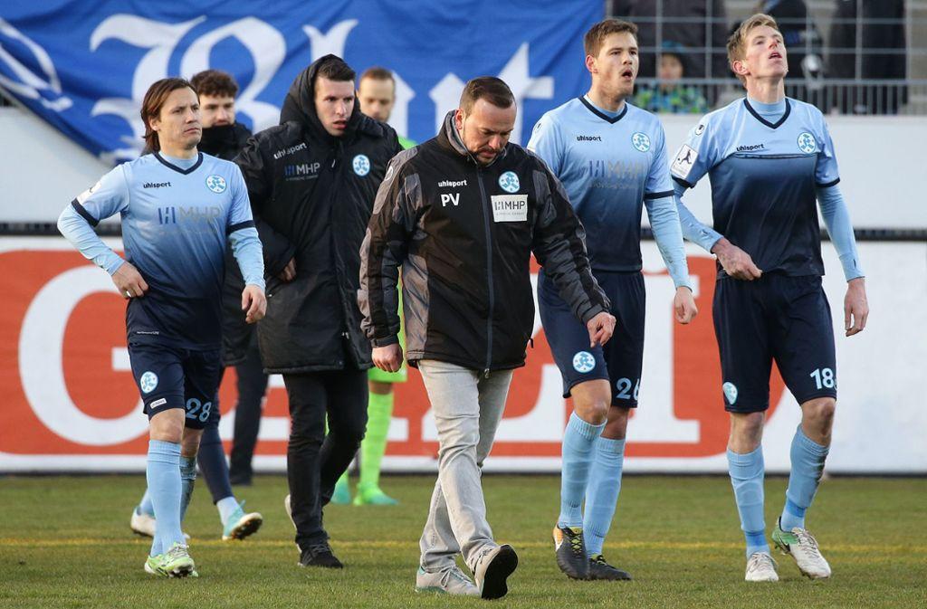 Beim  letzten Derby im Februar 2018 gingen die Kickers mit 0:1 als Verlierer vom Platz. Trainer war damals noch Paco Vaz (Mitte), der nun auf der Trainerbank des VfB II sitzt. Foto: Baumann