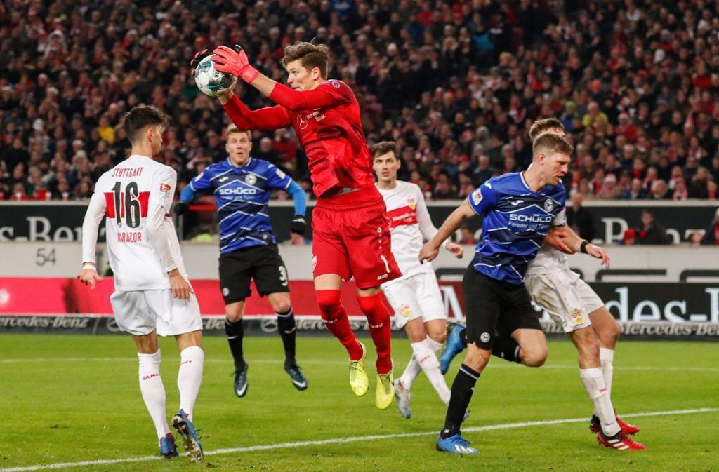 Torhüter Gregor Kobel (im Spiel gegen Arminia Bielefeld) ist ein sicherer Rückhalt des VfB Stuttgart. Foto: Baumann