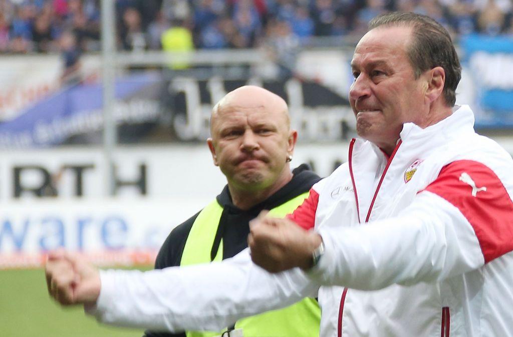 Huub Stevens freut 2015 sich über den Klassenerhalt des VfB in Paderborn. Foto: Pressefoto Baumann