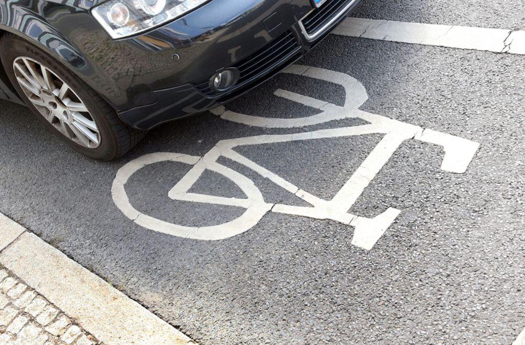 Konkurrenz: wo ein Fahrradweg ist, kann kein Auto mehr stehen. Foto: dpa/Wolfgang Kumm