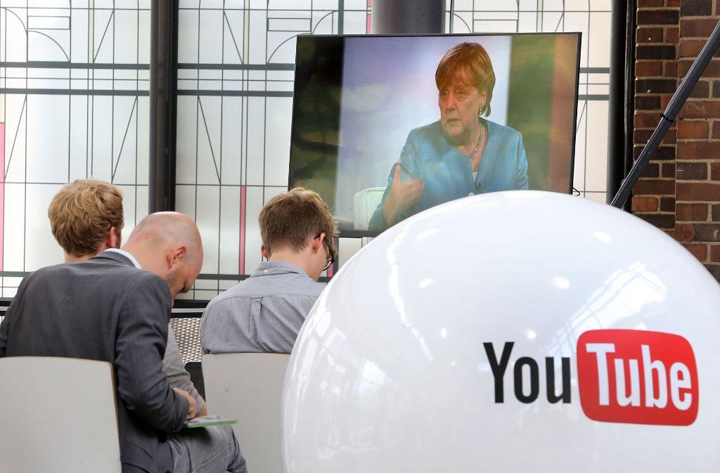 Die CDU-Spitzenkandidatin Angela Merkel lässt sich vor der Wahl von YouTubern befragen – organisiert hat das aber nicht alleine ihre Partei. Foto: dpa