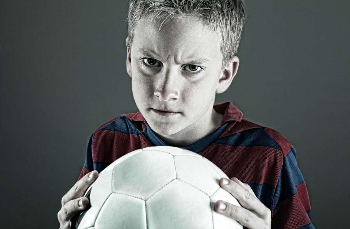 Fußballspielen ist für viele Kinder im Lockdown eine willkommene Abwechslung. Dumm nur, wenn's dem Nachbarn nicht gefällt Foto: /Damir Spanic