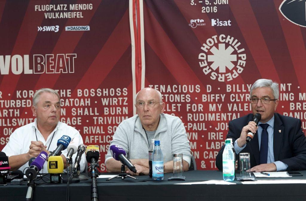 Archivbild: Marek Lieberberg (Mitte) bei der Pressekonferenz anlässlich des Unwetters auf dem Rock am Ring Festival in Mendig (Rheinland-Pflalz). Foto: AFP