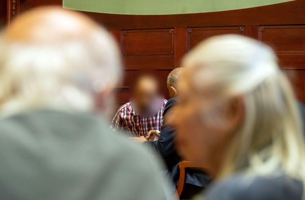 Ein wegen Mordes angeklagter Marokkaner (M) sitzt vor Prozessbeginn im Sitzungssaal im Landgericht Bayreuth. Dem Lastwagenfahrer wird vorgeworfen eine  28-jährige Tramperin  an der Autobahn 9 mitgenommen und anschließend ermordet zu haben. Foto: Daniel Karmann/dpa