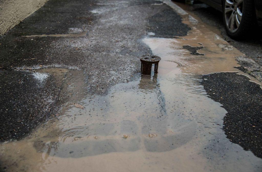 Nach einem Wasserrohrbruch in Stuttgart-Obertürkheim lief das Wasser in einen Keller und auf die Straße. Foto: SDMG
