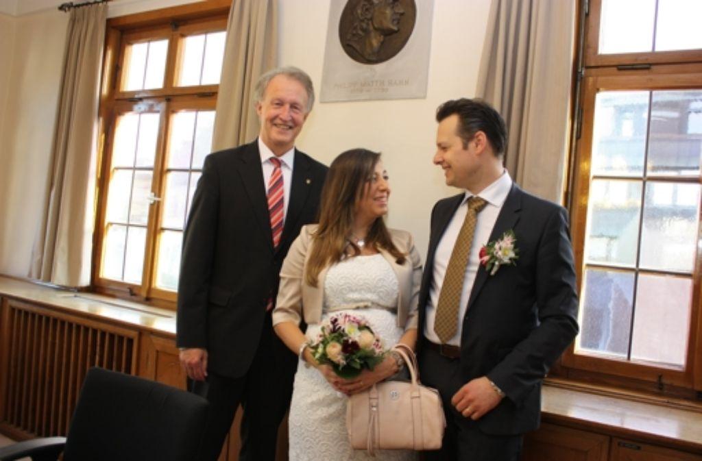 Oberbürgermeister Roland Klenk    und das glückliche Paar. Foto: Natalie Kanter