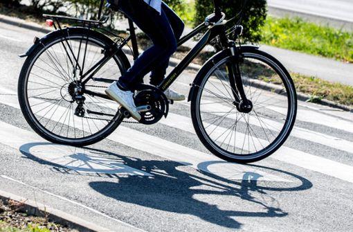 Radfahrerin flüchtet von Unfallstelle – Polizei sucht Zeugen