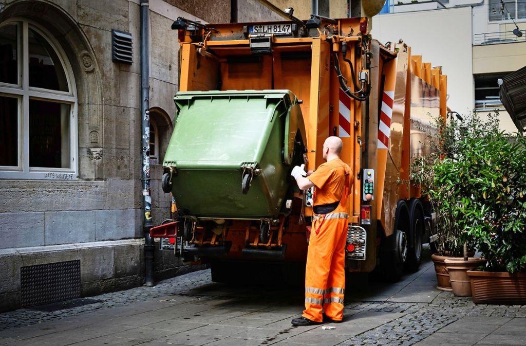 Wenn aufgrund der Corona-Pandemie Personal ausfällt, hätte die graue Tonnen  Vorrang vor grünen Papiertonnen. Foto: /Lichtgut/Achim Zweygarth