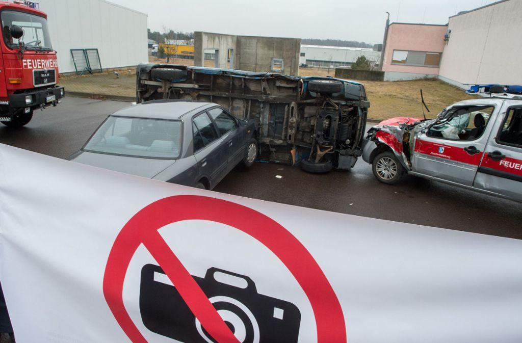Nicht zum ersten Mal gehen Rettungskräfte mit ungewöhnlichen Methoden gegen Gaffer vor Foto: dpa