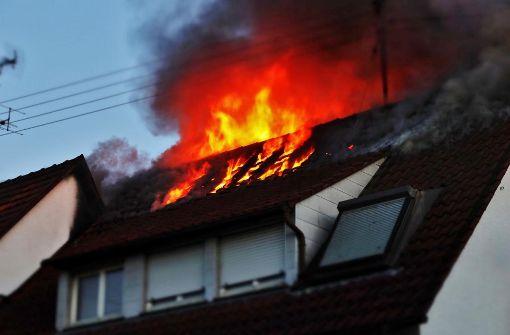 Rettungskräfte finden Toten in brennendem Haus