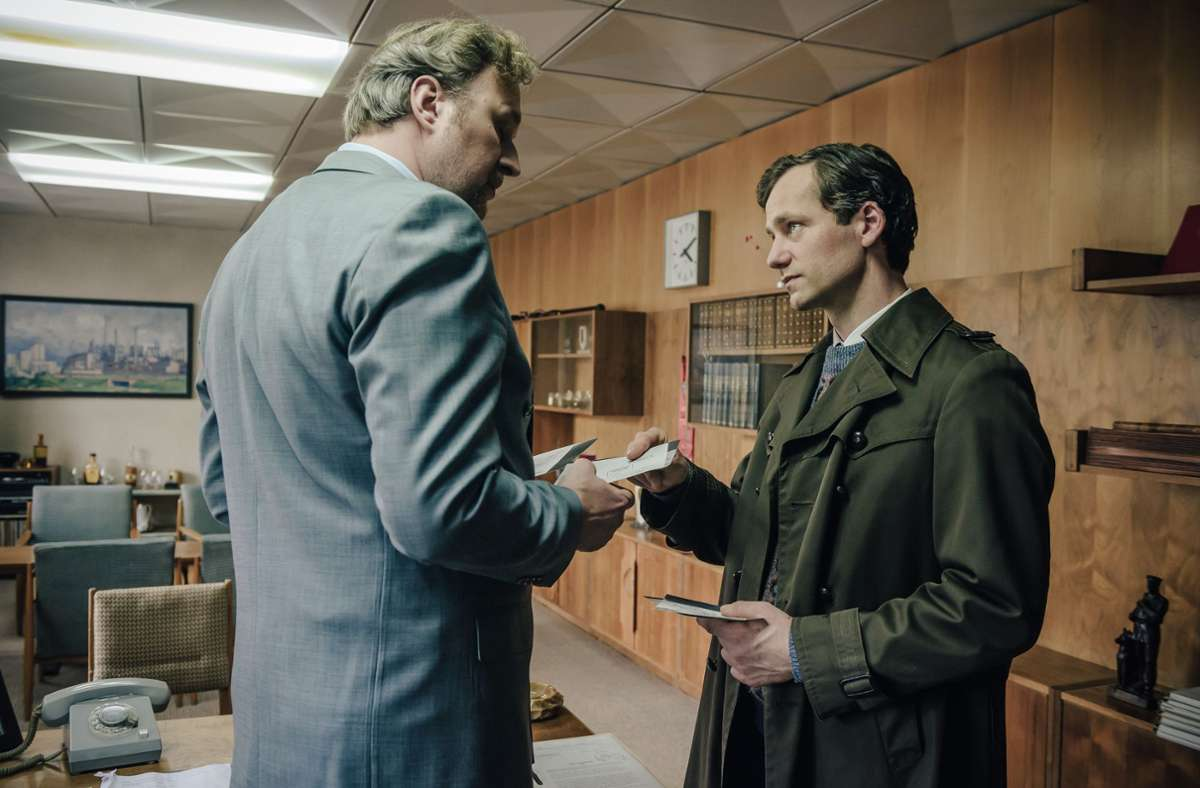 Zunächst genießt  der übereifrige  Stasi-Offizier Armin Glaser (Florian Stetter, rechts) das Wohlwollen seines mit allen Wassern gewaschenen Vorgesetzten Peterhans (Stephan Grossmann). Foto: ZDF/Stanislav Honzik