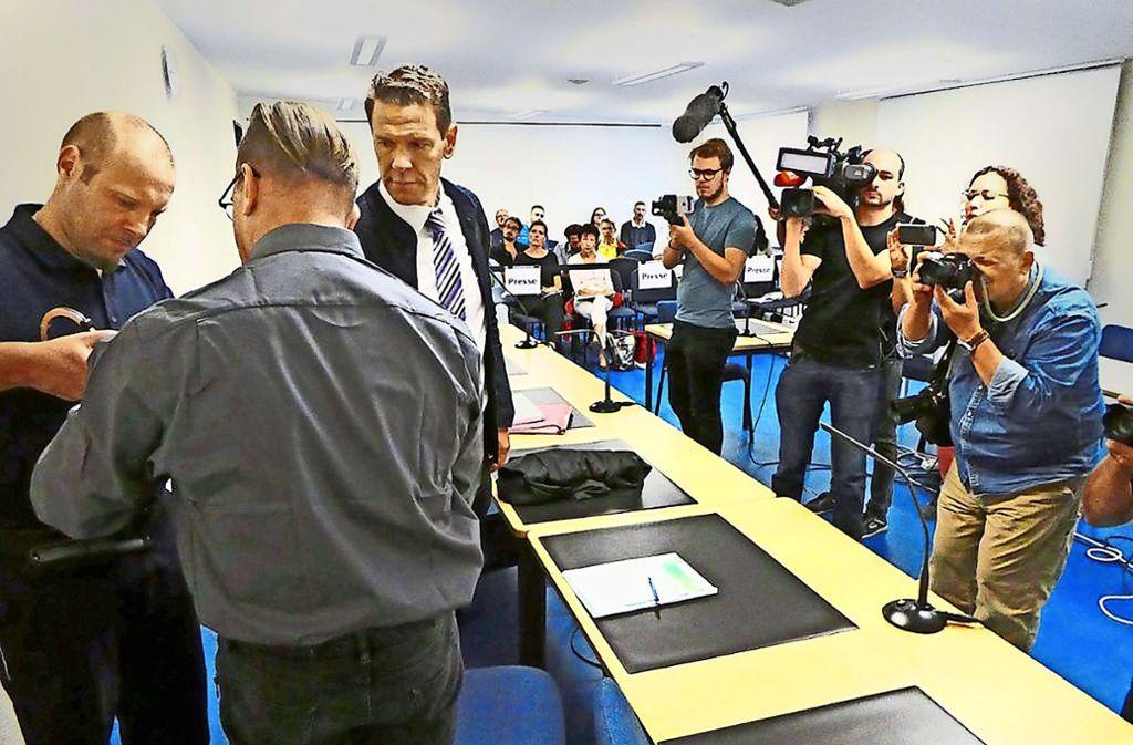 Ein Priester (zweiter von links) vor Gericht: das öffentliche Interesse an dem Fall ist groß. Foto: Schabel