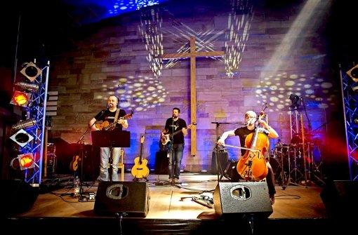 Beten mit Beats: die   Band Ebenbild und ihr Sänger Chris Halmen (links) in der Bad Cannstatter Andreäkirche Foto: Lichtgut/Achim Zweygarth