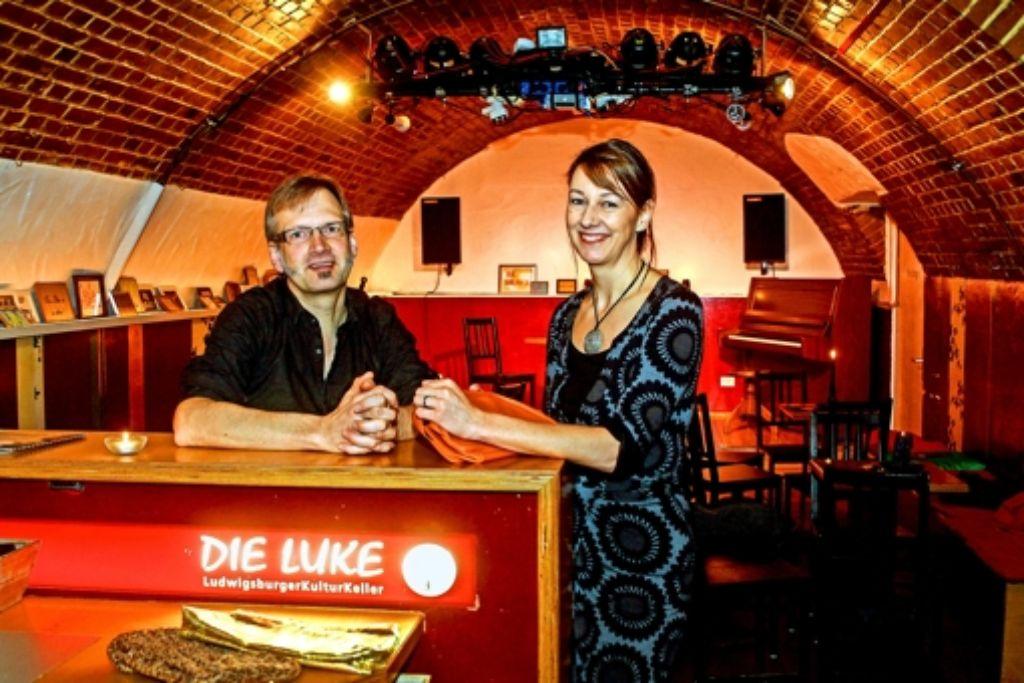Nach einer Vorstellung geben Andreas und Eliane Prangenberg den  sogenannten Kulturbeutel herum. Die Gäste zahlen dann, was ihnen der Abend wert ist. Foto: factum/Bach