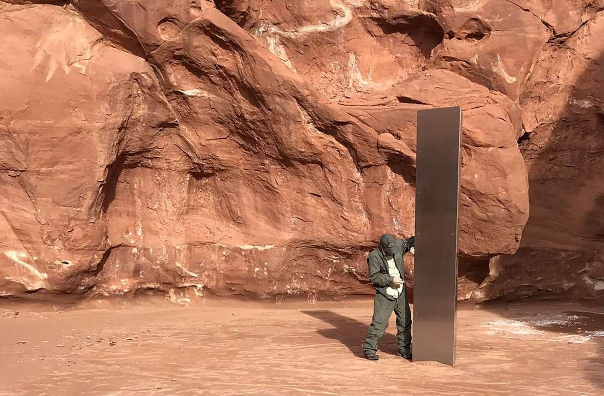 Der  Metall-Monolith steht inmitten einer roten Felsenlandschaft. Foto: AP