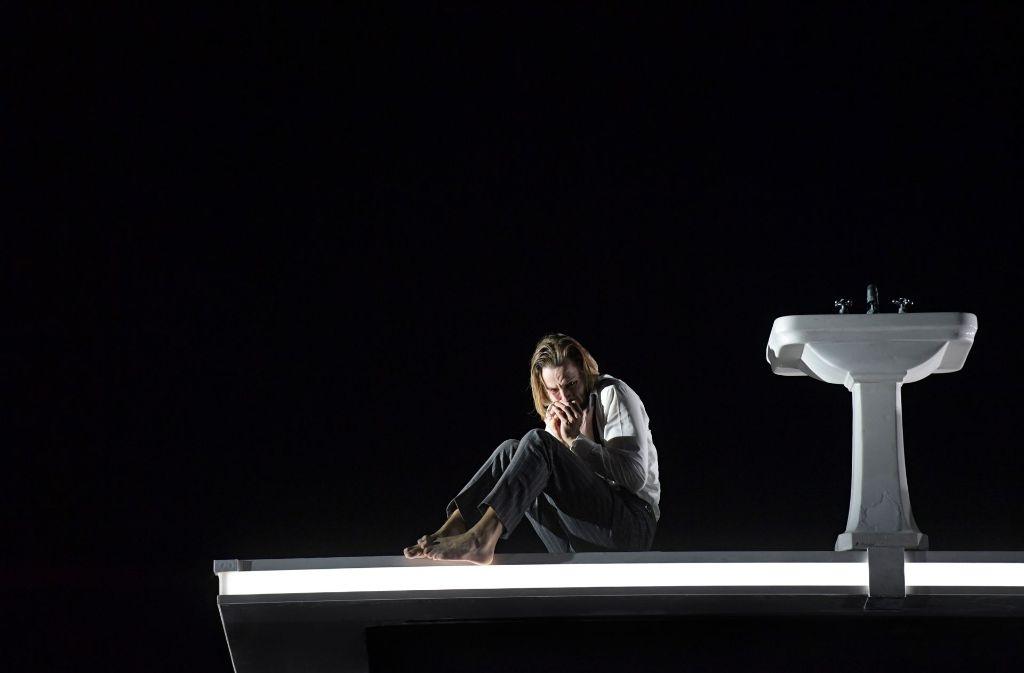 Björn Bürger als in den Wahnsinn getriebener Mieter Foto: Oper Frankfurt