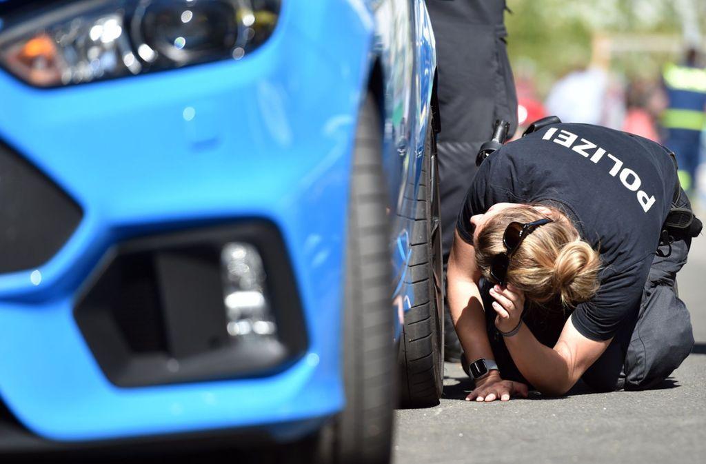 """Die Polizei untersuchte viele getunte Autos am """"Car-Freitag"""". Foto: dpa"""