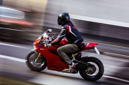 Motorradfahrer rast mit 125 Stundenkilometern durch die Stadt