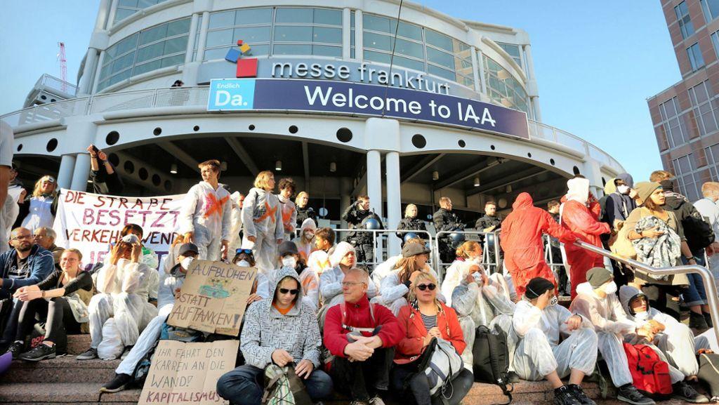 Klimaschützer blockieren Eingänge zur IAA