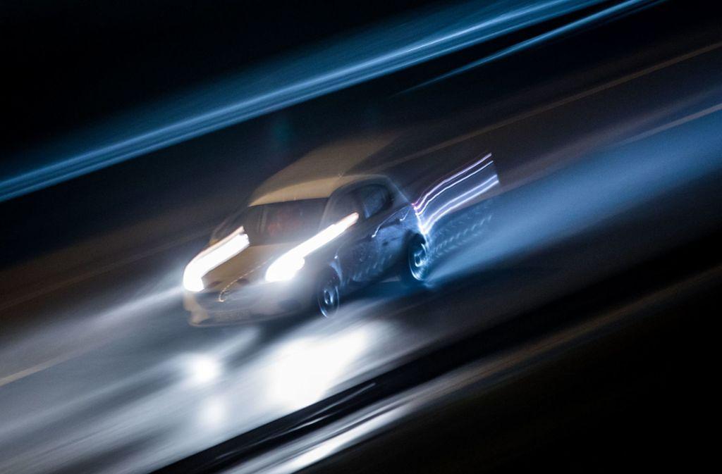 Ein Fahrzeug braust in Frankfurt am Main (Hessen) die A661  nach Einbruch der Dunkelheit entlang (Aufnahme mit Langzeitbelichtung und Mitzieheffekt). Foto: dpa/Frank Rumpenhorst