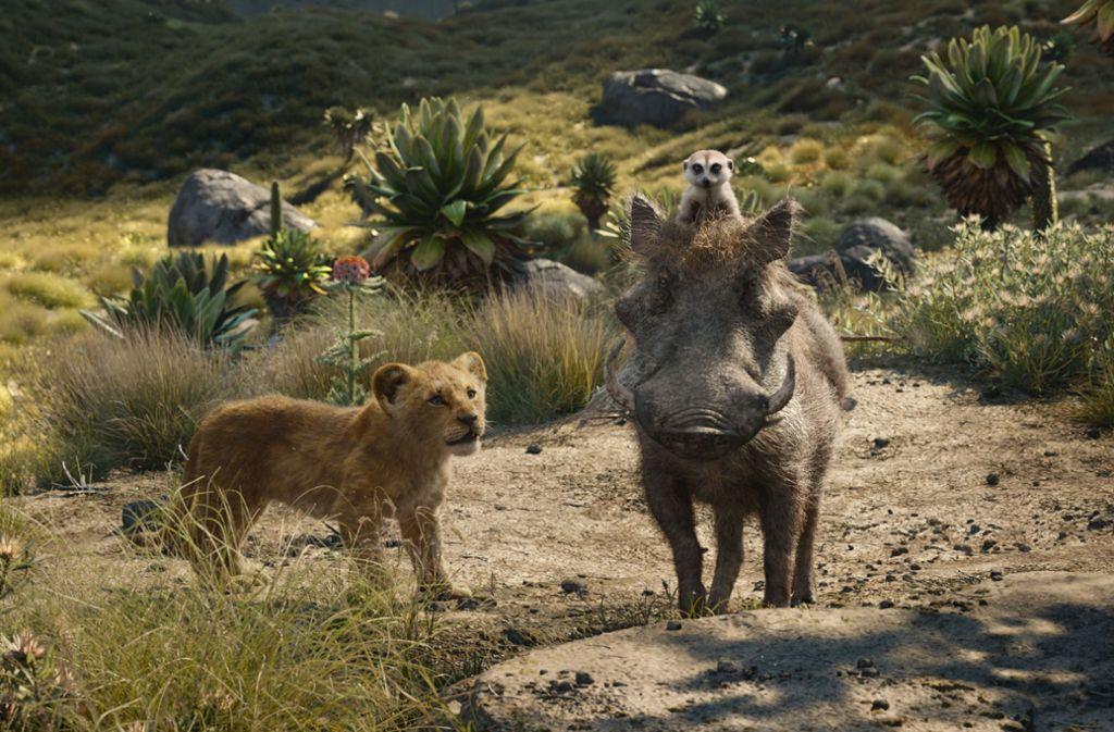 Der Löwenjunge Simba mit seinen Freunden, dem Warzenschwein  Pumbaa und der Meerkatze Timon Foto: Disney