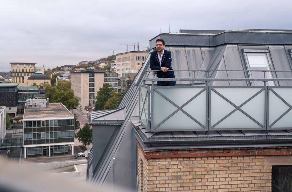 Wohnung mit Blick auf die Innenstadt: Um Mitarbeiter zu gewinnen, setzt Sebastian Bosch, Geschäftsführer einer Werbeagentur, auf einen besonderen Anreiz. Foto: Lichtgut/Max Kovalenko