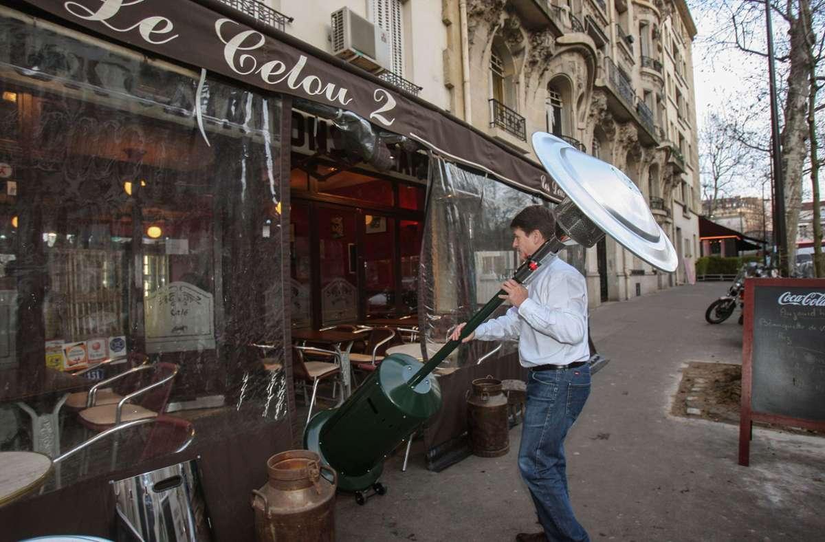 Die beheizten Außenterrassen gehören in Paris bald der Vergangenheit an. Ab dem kommenden Frühjahr sind sie aus Gründen des Umweltschutzes verboten. Foto: AFP/PIERRE VERDY