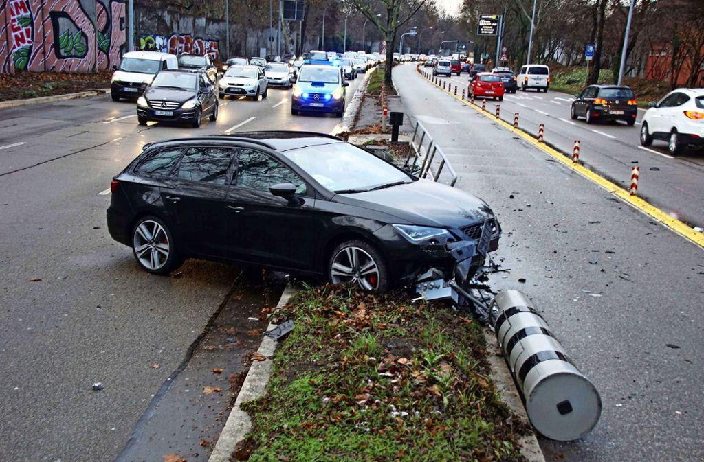 Zwei Blitzersäulen auf der Cannstatter Straße sind nach dem Unfall  erst einmal außer Gefecht. Foto: Andreas Rosar