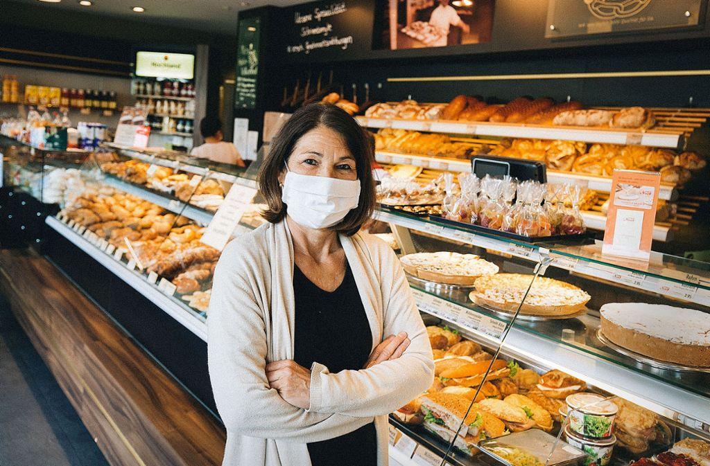 Mit Mundschutz:  Bettina Kaspar  im Café Nast. Foto: Lichtgut/Leif  Piechowski