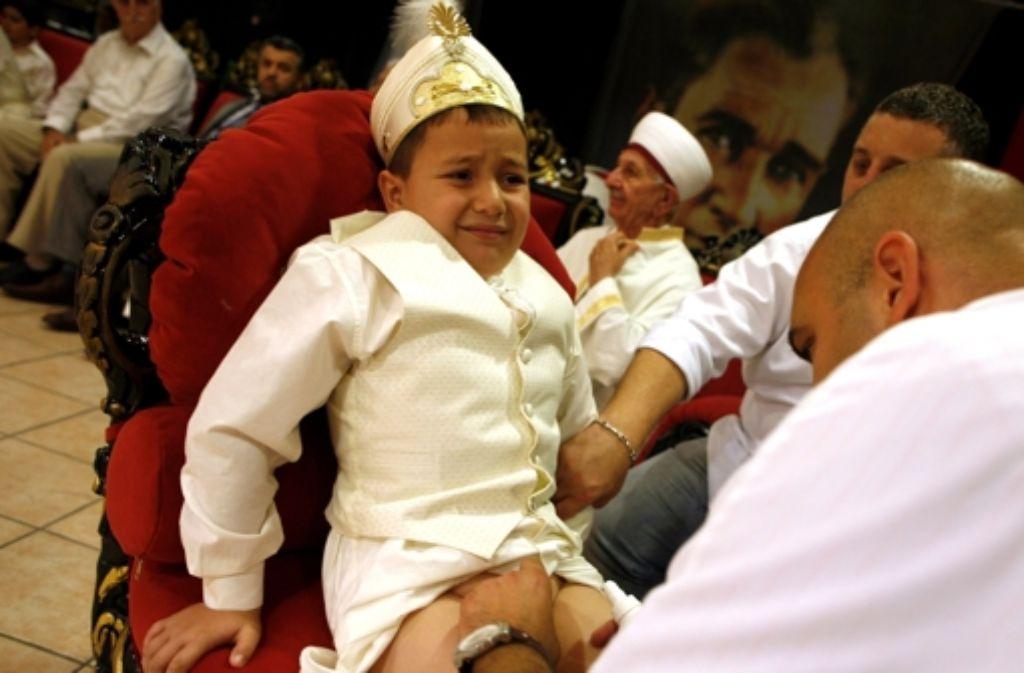 Schmerzhaft: Ein türkischer Junge bei einer Massenbeschneidung in Foto: dpa