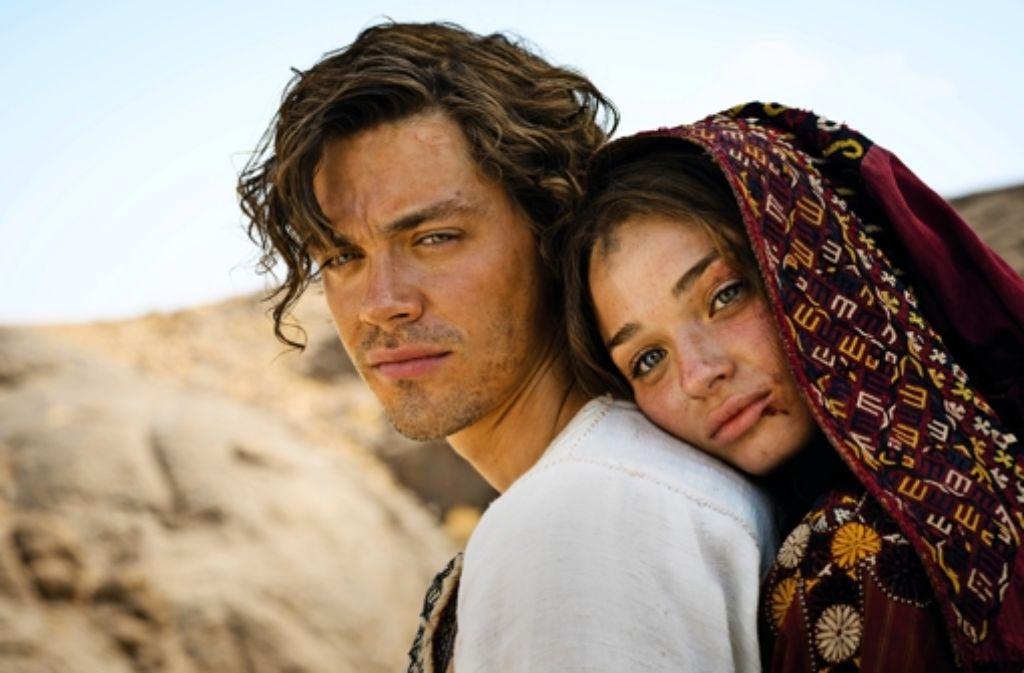 Rob (Tom Payne) bietet die Schulter, auf die sich nicht nur Rebecca ((Emma Rigby), sondern der ganze Orient stützen kann. Foto: Universal Pictures