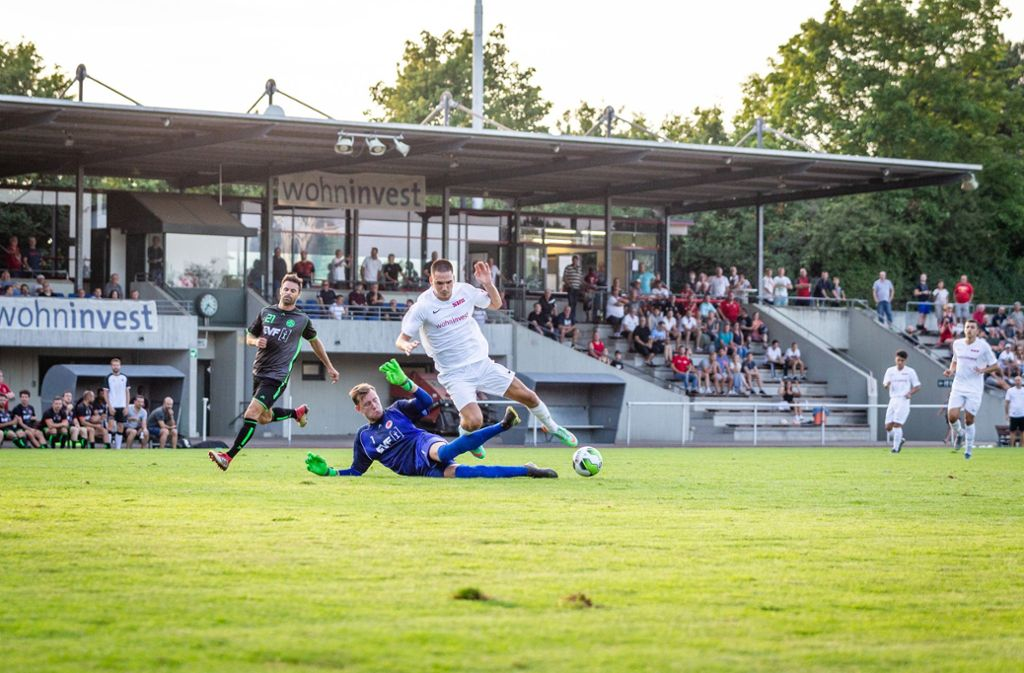 Samuel Wehaus (weißes Trikot) und   seine Fellbacher Teamgefährten werden im Pokal   von Kevin Rombach und dem 1. Göppinger SV gestoppt. Foto: Nicklas Santelli