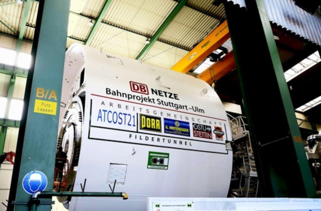 Der Arbeiter links offenbart die Dimensionen der Tunnelbohrmaschine. Foto: Breithaupt